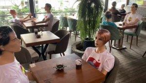 Restoranda sosyal mesafe için görenleri şaşırtan önlem