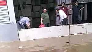 Sağanak yağış, dakikalar içerisinde İzmir'de hayatı felç etti