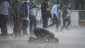 Sağanak yağmur altında korona virüs tedbirli 4. cuma namazı