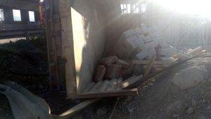 Sakarya'da inşaat malzemesi yüklü kamyonet devrildi: 2 yaralı