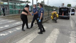Samsun'da yola atlayan yarı çıplak kadını polis kurtardı