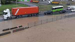 Sel sularının vurduğu Kocaeli'de D-100 kara yolu çift yönlü trafiğe kapandı