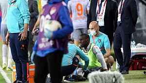 Seyircisiz maçta Başakşehirli Demba Ba'nın kafasına tribünden su şişesi atıldı