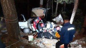Uçuruma yuvarlanan otomobilde baba öldü, eşi ve 2 çocuğu yaralandı