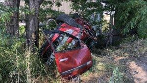 Virajı alamayan otomobil takla atarak ağaca çarptı