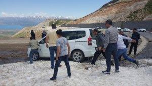 Yaz günü onlarca araç karda mahsur kaldı