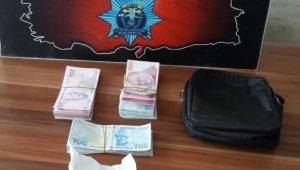 Yolda bulduğu paranın üzerine yatmaya çalıştı ama polis parayı gerçek sahibine ulaştırdı