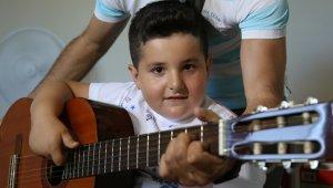 7 yaşına kadar konuşamayan Ayberk şimdi şarkı söylüyor