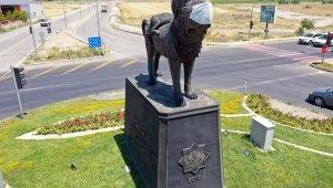 Aksaray'da farkındalık için köpek heykeline maske takıldı