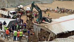 Artvin'de selde kaybolan 3 kişinin cesedi toprak altındaki araçtan çıkarıldı