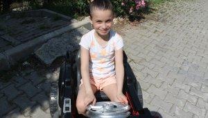 Atık malzemelerle kızına güneş panelli akülü araç yaptı