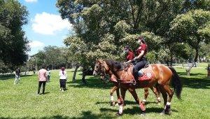 Atlı polislerden maske ve sosyal mesafe uyarısı
