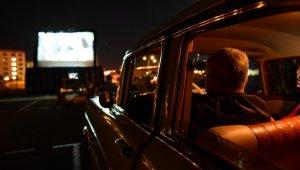 Ay ışığı altında arabada sinema keyfi