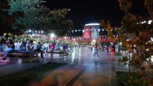 Aydın'da aşırı sıcaklar nedeniyle uyuyamayan vatandaşlar geceyi sokakta geçirdi