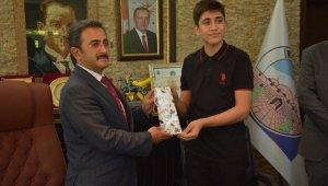 Bakan Yardımcısı Aksu, LGS'den 500 tam puan alan öğrenciyi tebrik etti
