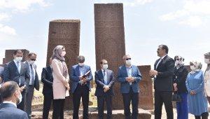 Bakan Yardımcısı Alparslan ve AK Parti Genel Başkan Yardımcısı Karaaslan Ahlat'ta