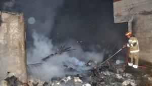 Barakada çıkan yangın 2 ev ve bir iş yerini kullanılmaz hale getirdi