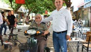 Başkan Kaya, akülü engelli araçlarını teslim etti