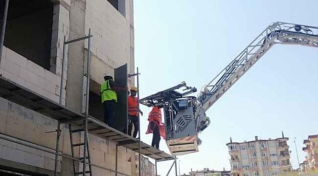 Beli tutulan işçi inşaat iskelesinde mahsur kaldı