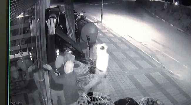 Bursa'da 15 lira çalıp kaçan maskeli hırsızlar kameraya takıldı - Bursa Haberleri