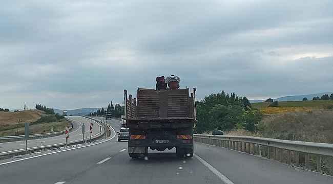 Bursa'da kamyon üstünde tehlikeli yolculuk - Bursa Haberleri