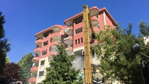 Büyükçekmece'de riskli 8 katlı bina yıkıldı