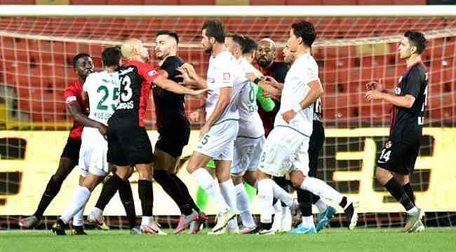 Çalan müzik sonrası çılgına dönen futbolcuyu Bülent Korkmaz zor zapt etti
