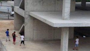 Çocukların inşaatta tehlikeli oyunu