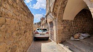 Dar sokaklardan geçen araçlar vatandaşların tepkisini çekiyor