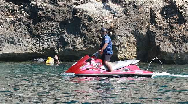 Deniz polisi dünyaca ünlü sahil ve koyları tek dolaşıp maske ve sosyal mesafeyi denetledi