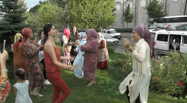 Düğün konvoyunda araçları arızalanan vatandaşlar otobanı düğün evine çevirdi - Bursa Haberleri