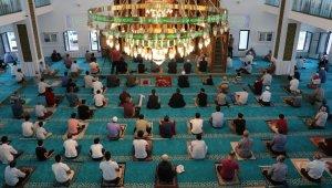 Elazığ'da sosyal mesafeli bayram namazı