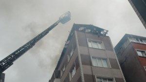 Fatih'te tek katlı bina alev alev yandı