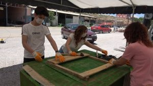 Gönüllü gençler sokak hayvanları için kulübe yapıyor
