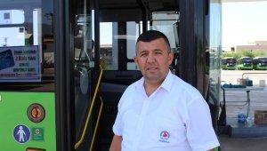 Halk otobüsünde rahatsızlanan yolcuyu, şoför hastaneye yetiştirdi