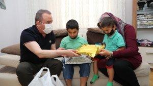 Halk Süt projesi başladı, ilk süt paketini Başkan Böcek teslim etti