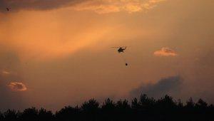 Havanın aydınlanmasıyla bir helikopter indi bir helikopter kalktı