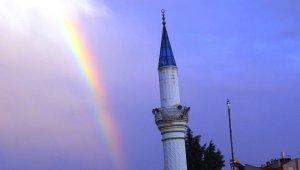 İki ayrı camide aynı açıda görünen gökkuşağı şaşırttı