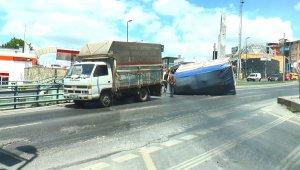İstanbul'da ilginç kaza: Hasır yüklü kamyonun kasası yan yattı