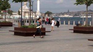 İstanbul'da rüzgar etkili oldu: Vatandaşlar yürümekte zorluk çekti