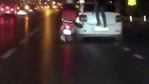 İstanbul'da şaşkınlık veren görüntü: Arıza yapan aracı motosiklet ile itti