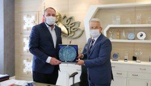 İzmir Çiğli Belediye Başkanı Utku Gümrükçü, Turgay Erdem'i ziyaret etti