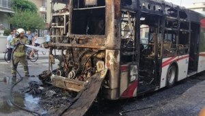 İzmir'de faciadan dönüldü, belediye otobüse alev alev yandı