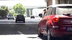 Kadın sürücünün davranışı diğer sürücüleri çileden çıkardı