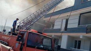 Bursa'da apartmanın çatısı alev alev yandı - Bursa Haberleri