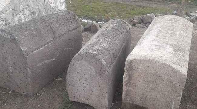 Kars'ta bir kişinin bahçesinde tarihi mezar taşı ele geçirildi