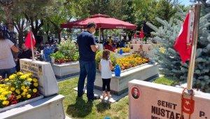 Kayseri protokolü şehitliği ziyaret etti, şehit mezarlarına karanfil bıraktı