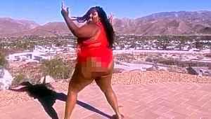 Kıvrımlı hatlarıyla dikkat çeken şarkıcı, kalça danslarından dolayı evden kovuldu