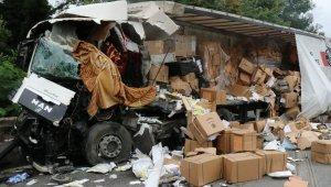 Kocaeli TEM Otoyolunda kamyona çarpan maske yüklü tır parçalandı: 1 ölü 1 yaralı