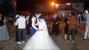 Köy düğününde sosyal mesafe hiçe sayıldı